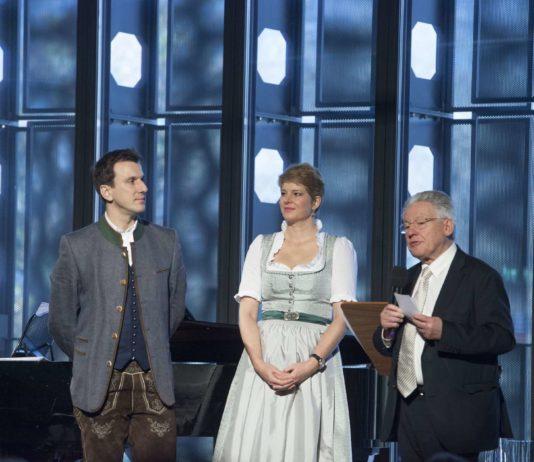 Schirmherr LH a. D. Josef Pühringer (r.) mit den Künstlern Gotho Griesmeier und Martin Achrainer
