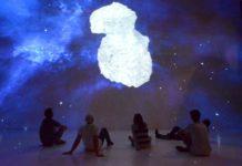 Gr. Bild: Der Deep Space im Linzer AEC entführt in die Welt der Meteoriten. Kl. Bild: Der Meteorit von Mauerkirchen