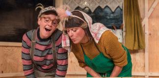 Esel (Katharina Schraml) und Ox (Simone Neumayr) an der Krippe, in der plötzlich ein Kind liegt.