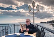 Wolfgang Bankowsky mit seinem Buch auf der Terrasse des Hotel Miramar in Abbazia/Opatija.