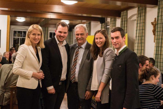 Ein Highlight des Wahlkampfes war die Diskussionsveranstaltung. Fabian Grüneis (2. v. l.) konnte auch zahlreiche Ehrengäste begrüßen darunter (v. l.): LR Christine Haberlander, LAbg. Bgm. Peter Oberlehner, NR-Abgeordnete Claudia Plakom und Bgm. Severin Mair (Eferding).