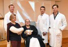 Die Patienten Maria Berger und Engelbert Esletzbichler mit den Ärzten (v.l.) Manfred Behawy, Richard Schnelzer und Stefan Froschauer.
