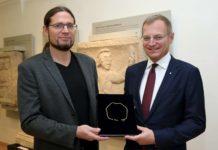 LH Thomas Stelzer und Stefan Traxler, Wissenschaftlicher Leiter der Landesausstellung 2018, mit der bei einer Schaugrabung in Enns gefundenen römischen Goldkette.