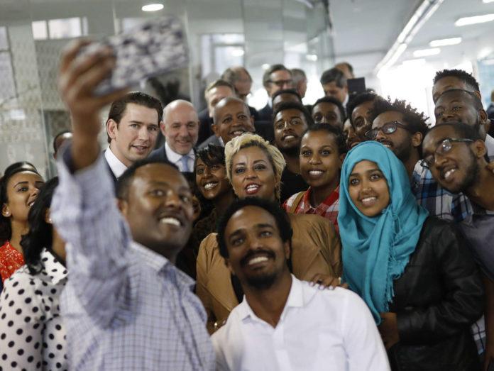 """Selfie mit Kanzler Kurz beim Besuch im Start Up """"Blue Moon"""" in Addis Abeba."""