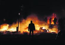 Links: Brennende Auto und geplünderte Geschäft gab es durch die Demos in Paris. Oben: Auch in anderen Städten Frankreichs fanden Aufmärsche statt.