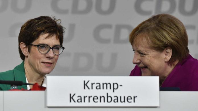 """Die neue Chefin mit einem """"Zugeständnis"""", dem neuen Generalsekretär Ziemiak.Kramp-Karrenbauer (l.) gilt als Vertraute Merkels, muss aber auch den konservativen Parteiflügel überzeugen."""