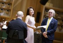 Sopranistin Sunhae Im (M.) und Meister Martin Haselböck (r.)