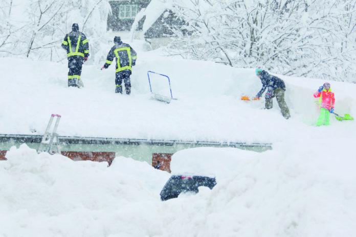Hausbesitzer und Hunderte Helfer sind im südlichen Oberösterreich unermüdlich im Einsatz, um die Dächer von den Schneemassen zu befreien.