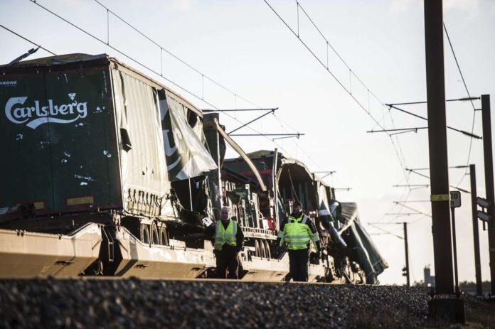 Bei einem Zugunglück auf der Brücke über den Großen Belt in Dänemark sind gestern Früh mindestens sechs Menschen getötet worden.