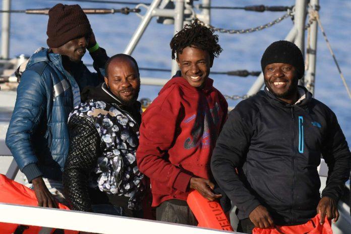 Eine der Odyssee: Migranten gehen in Malta von Bord, was in Rom die Wogen hochgehen lässt.