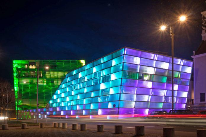 Das Ars Electronica Center ist, wie viele andere Einrichtungen in Linz, ein Kind des Kulturhauptstadtjahres 2009 und feiert heuer deshalb sein Zehnjähriges. Zu diesem Anlass wird dem bestbesuchten Museum in OÖ eine neue Dauerausstellung spendiert.