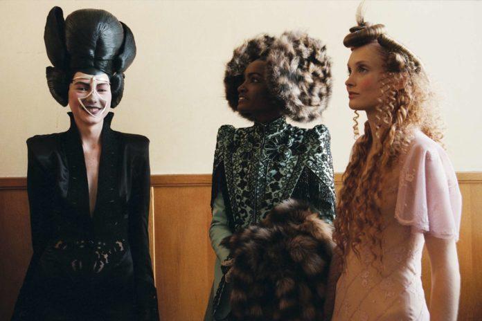 Alexander McQueen (l.) liebte die Exzentrik und alles, was anders war. Rechts: Models in Kreationen des Modeschöpfers