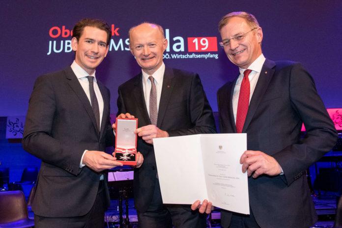 Bei der Übergabe des Verdienstzeichens (v. l. : Bundeskanzler Sebastian Kurz, GD Franz Gasselsberger, LH Thomas Stelzer