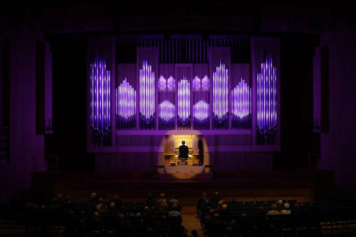 Bernhard Prammer an der neuen Orgel im Brucknerhaus