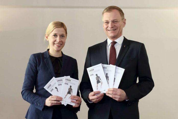 Kulturstadträtin Doris Lang-Mayerhofer und Landeshauptmann Thomas Stelzer freuen sich über die neue Initiative.