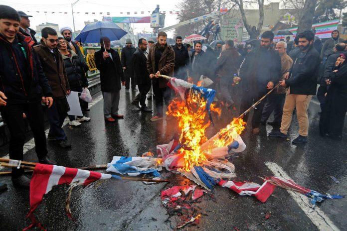 "Revolutionäre ""Jubiläums-Folklore"" in Teheran: Iraner verbrennen Fahnen der USA und Israels."