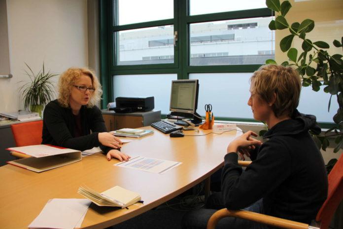 Gudrun Kopp erklärt Yannick Guttenberger im Gespräch, wo dessen Stärken liegen und sich somit womöglich interessante Jobs auftun können.