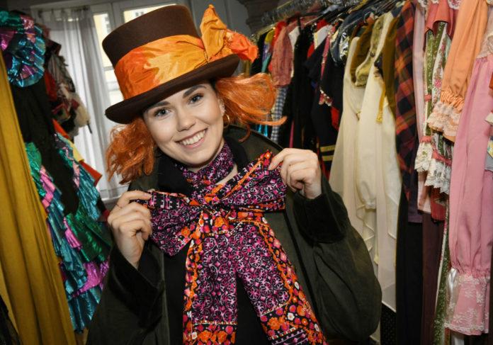 Nadine Baiger berät die Kunden im Linzer Kostümverleih und macht auch als Model gute Figur.