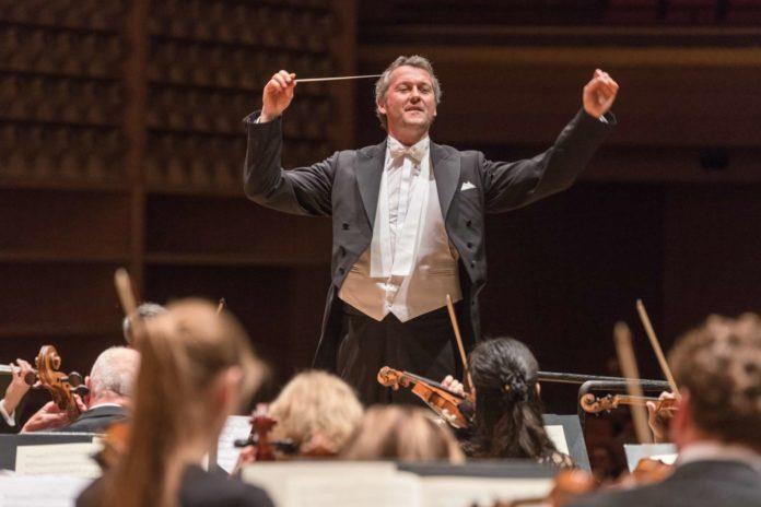 Der inspirierende Chefdirigent des Bruckner Orchesters Markus Poschner