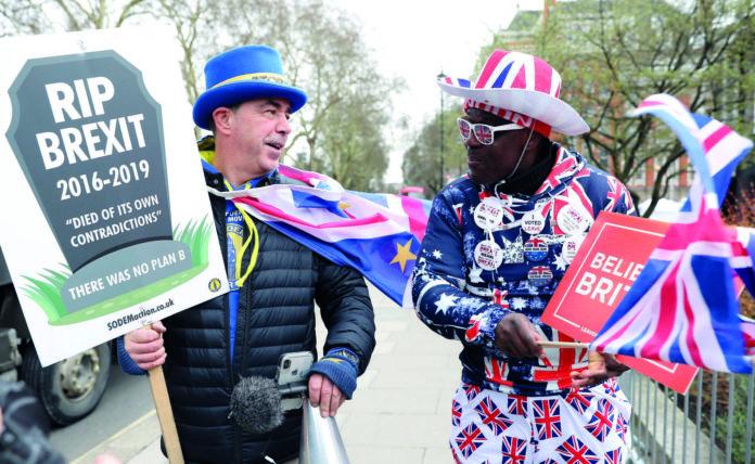 Ein Brexit-Gegner (l.) und ein Brexit-Fan debattieren vor dem britischen Parlament, wo die Abgeordneten auch auf keinen grünen Zweig kommen.