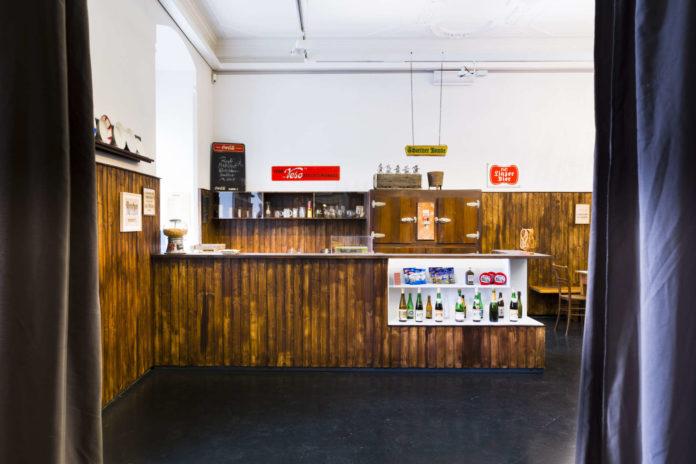 Wenn man die Ausstellung betritt, dann findet man sich gleich in einer zünftigen Gaststube wieder, die eine gehörige Portion Nostalgie versprüht.