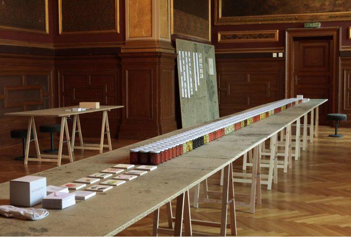 """Mit einer Installation (l.) in der Landesgalerie stellt Honetschläger (rechts bei Gartenarbeit) heute das Projekt """"GoBugsGo"""" vor: am Tisch eingelegtes Gemüse und Zeichnungen des Künstlers. Mit dem Biologen Gusenleitner werden Insektensterben und Naturschutz erörtert."""