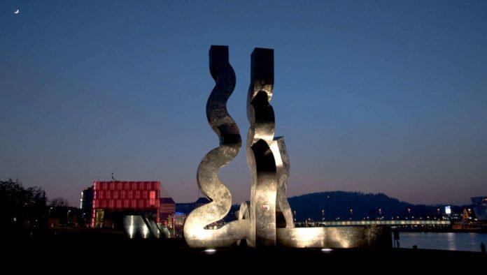 """Erwin Reiters Skulptur """"Strömung"""" im Donaupark. Ab morgen ist auch Thomas Kluckners """"Super Wave"""" dort zu sehen."""