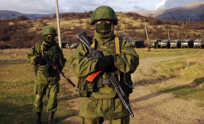 Grün uniformierte Männer ohne Hoheitsabzeichen annektierten vor fünf Jahren die Krim. Erst hinterher gab Putin zu, dass es russische Soldaten waren.