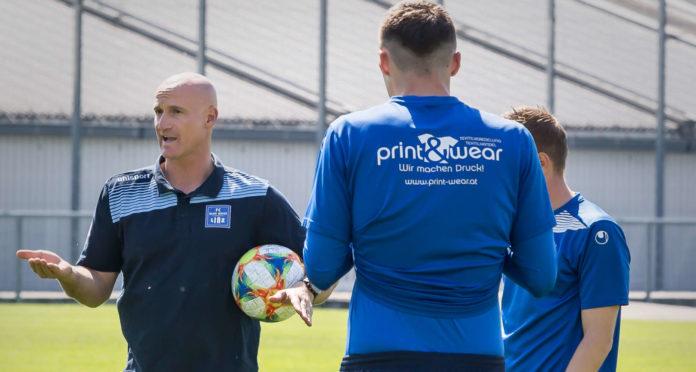 Goran Djuricin (l.) gab schon in seiner ersten Einheit als Trainer des FC Blau Weiß Linz lautstark die Richtung vor.