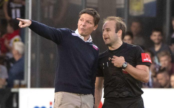 LASK-Trainer Oliver Glasner (l.) hatte Referee Altmann einiges zu sagen, der zeigte sich aber unbeeindruckt.