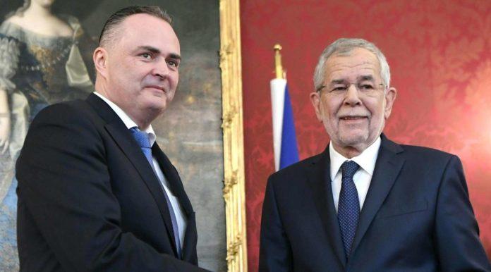 Hans Peter Doskozil, der im Burgenland eine Koalition mit der FPÖ anführt, wurde am 4. März von Bundespräsident Alexander Van der Bellen als SPÖ-Landeshauptmann angelobt.