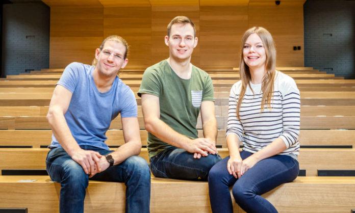 Das Linzer ÖH-Vorsitzteam im JKU-Hörsaal (v. l.): Wolfgang Denthaner (ÖSU), Vorsitzender Edin Kustura und Hanna Silber (beide AG).