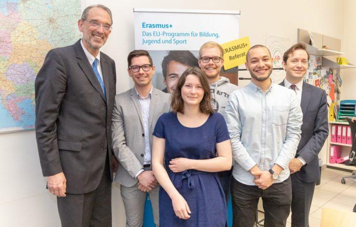 Bildungsminister Heinz Faßmann (l.) und OeAD-Geschäftsführer Jakob Calice (2. v. l.) mit Erasmus-Studierenden.