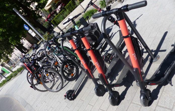 Mehr als 600 Roller haben Voi, Wind sowie Tier und Arolla in Linz bereits stationiert.