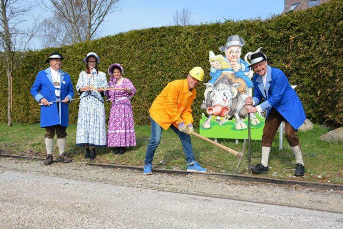 Bürgermeister Friedrich Stockinger mit dem Pferdeeisenbahn-Team.