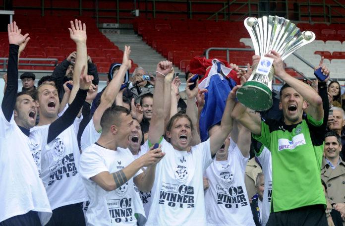 Nach dem LASK und zweimal der SV Ried eroberte der FC Pasching um Kapitän Davorin Kablar (r.) 2013 als dritter oberösterreichischer Klub den ÖFB-Pokal und sorgte für die größte Sensation in der Geschichte dieses Bewerbs.