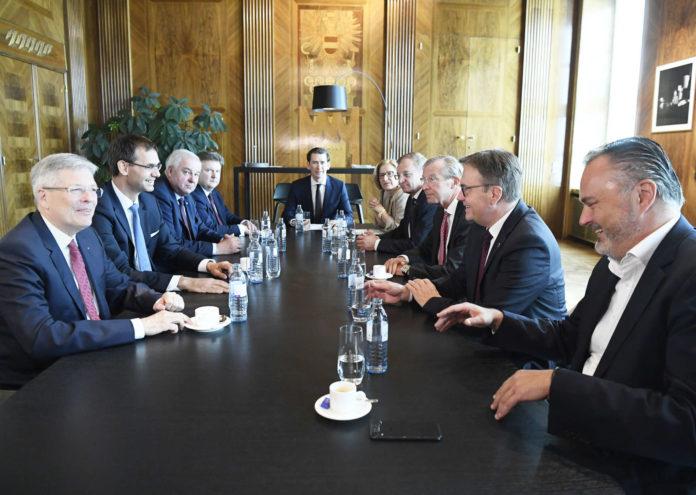 Im Bundeskanzleramt trafen eine Landeshauptfrau und acht Landeshauptmänner auf Sebastian Kurz, um mit ihm die vom FPÖ-Ibiza-Gate ausgelöste, überaus heikle innenpolitische Situation zu besprechen. Einen gemeinsamen Nenner fand man nicht.