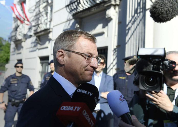 """Aus Sicht von LH THomas Stelzer hat sich die SPÖ in ein Labyrinth hineinmanövriert. Sein Appell an die Roten: """"Es geht in dieser wichtigen Phase um Österreich""""."""