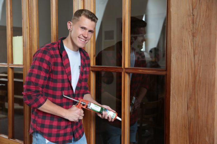 Trotz Gehörlosigkeit ist Glaser-Lehrling Tobias Kohel ein guter Handwerker.