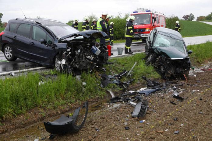 Bei einer Frontalkollision auf der Daxbergstraße in Prambachkirchen (Bezirk Eferding) wurden gestern Mittag beide Pkw-Lenker verletzt.