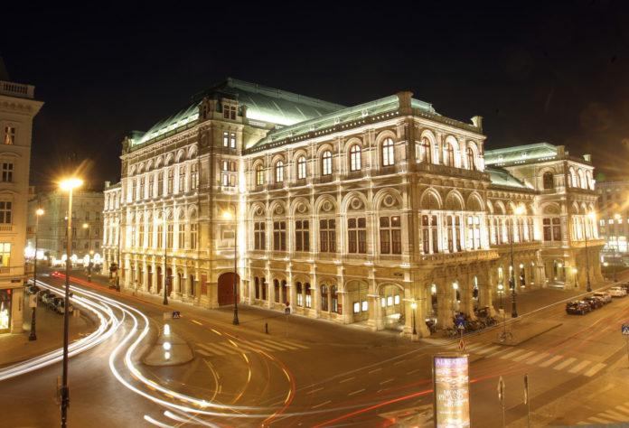 Die Außenansicht der Wiener Staatsoper bei Nacht.