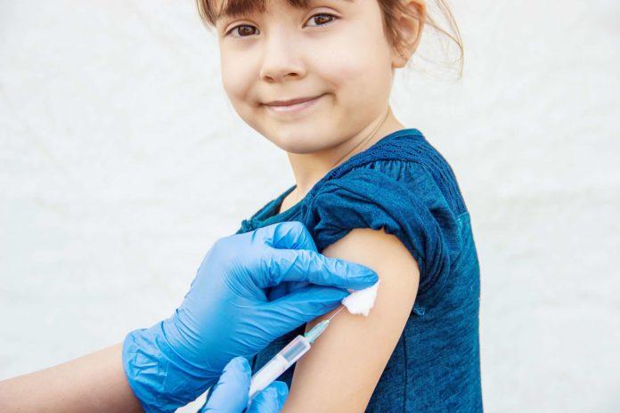 Kinder sollten gegen Masern geimpft werden, um nicht daran zu erkranken. Eltern, die Maserpartys veranstalten, machen sich zudem strafbar.