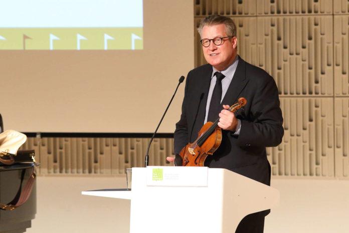 Festredner Philipp Blom mit seiner Geige