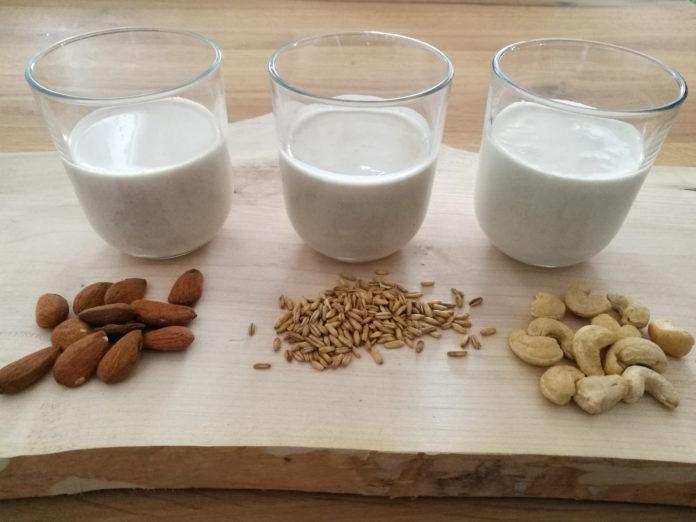 Selbst gemachte Pflanzenmilch aus Mandeln, Hafer und Cashewkernen
