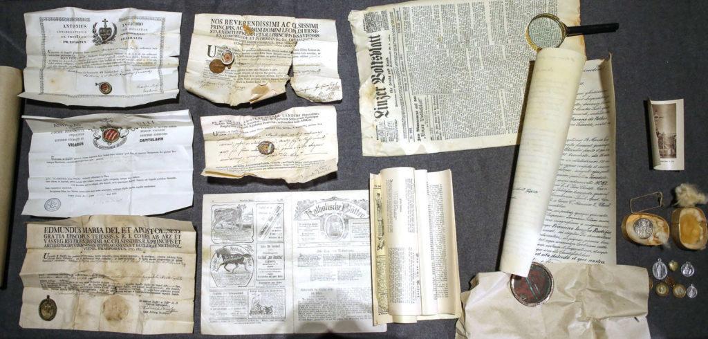 Der gesamte Inhalt der Zeitkapsel aus der Turmkreuzkugel. Rechts: Die VOLKSBLATT-Ausgabe vom 27. September 1901