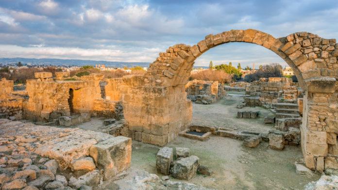 Der archäologische Park von Paphos ist eine der wichtigsten archäologischen Ausgrabungsstätten Zyperns und wurde 1980 in die Liste des UNESCO-Weltkulturerbes aufgenommen. Zwischen dem 2. Jahrhundert v. Chr. und dem 4. Jahrhundert n. Chr. war Paphos die Hauptstadt Zyperns. Beeindruckend: Die Mosaikböden in vier römischen Villen.