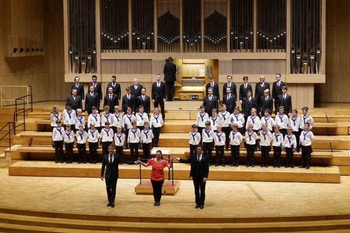 Gruppenbild mit Dame: Die St. Florianer Sängerknaben, der Chorus Viennensis und die Organistin Zita Nauratyll brachten ein Konzert mit Tiefgang auf die Brucknerhaus-Bühne.