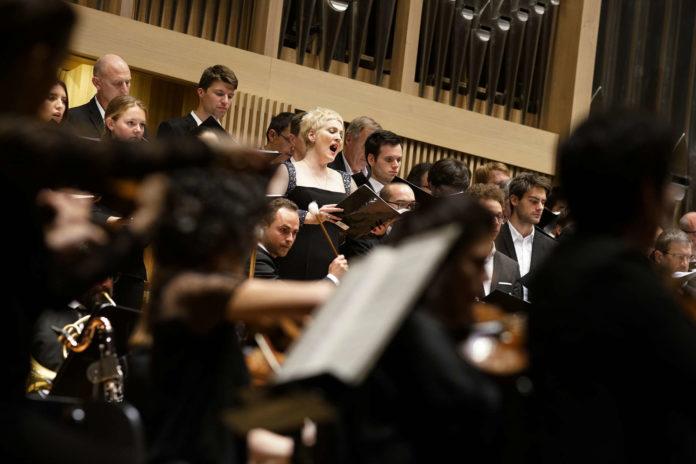 """Nach langer Ergriffenheit und Stille brach am Samstagabend im Brucknerhaus in Linz ein Beifallssturm für Brittens """"War Requiem"""" los."""