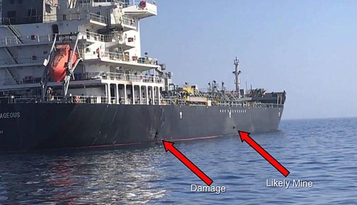 """Ein vom US-Militär veröffentlichtes Video zeigt iranische Revolutionsgarden beim Entfernen einer Haftmine an einem Tanker —wer sie gelegt hat, ist damit aber nicht geklärt.Die US Navy veröffentlichte Fotos eines Tankers, welche die Zerstörung und """"wahrscheinlich eine Mine"""" dokumentieren sollen."""