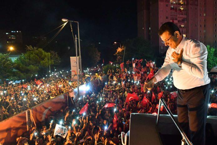 Tausende feierten in der Nacht in Istanbul ihren neuen Bürgermeister Imamoglu.